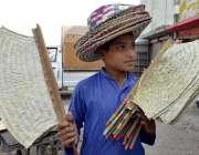 پشاور: کمسن محنت کش پھیری لگا کر دستی پنکھے اور ہاتھ سے بنی ٹوپیاں فروخت ..