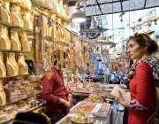 کوئٹہ: عید کی تیاریوں میں مصروف خاتون جیولری پسند کر رہی ہے۔