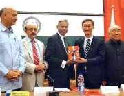 اسلام آباد: رائٹر ایس ایم ہالی، چینی سیر ژاؤ جنگ کو اپنی کتاب (روڈ ٹو ..