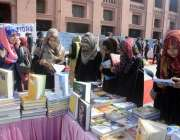 لاہور: یونیورسٹی آف اٹارنی اینڈ سائنسز میں بک فیئر کے موقع طالبات کی ..