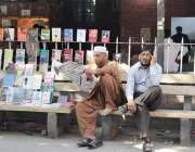 لاہور: لاہور ہائیکورٹ میں ایک شخص اخبار کا مطالعہ کر رہا ہے۔