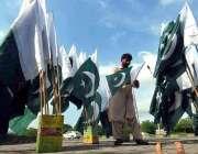 اسلام آباد:یوم آزادی کی آمد کے موقع پر دکاندار نے سڑکنارے قومی پرچم ..