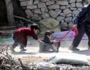 راولپنڈی: کچی بستی میں بچے کھیل کود میں مصروف ہیں۔