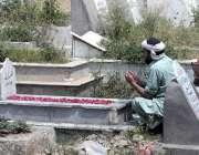 راولپنڈی: ایک شخص عید الفطر کی آمد کے موقع پر اپنے پیارے کی قبر پر فاتحہ ..
