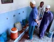 حیدر آباد: شہری واٹر فلٹریشن پلانٹ سے پینے کے لیے پانی بھر رہے ہیں۔