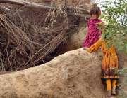 اسلام آباد: خانہ بدوش لڑکیاں اپنے  مکان کے قریب کھیل رہی ہیں۔