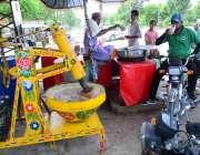 حیدر آباد: موٹر سائیکل سوار سڑک کنارے لگے سٹال سے مشروب پی رہے ہیں۔