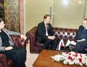 اسلام آباد: وفاقی وزیر برائے معاشی امور ڈویژن ، محمد حمد اظہر اور وزیر ..