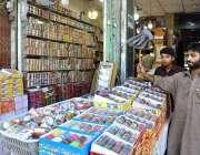 راولپنڈی: عید کی تیاریوں میں مصروف دکاندار چوڑیاں سجا رہے ہیں۔