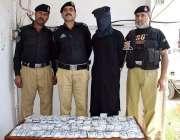 پشاور: مختلف وارداتوں میں ملوث ملزم اور اس سے برآمد ہونیوالی غیر ملکی ..