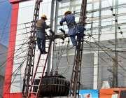 ملتان: واپڈا عملہ ڈیرہ اڈہ پر بجلی کے کھمبے پر بجلی کی تاروں کی مرمت ..