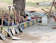 اسلام آباد: مزدور کام نہ ہونے کے باعث اڈے میں درختوں کے سائے تلے آرام ..