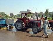 ملتان: مزدور گھنٹہ گھر چوک کی صفائی کا کام کر رہے ہیں