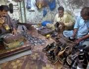 راولپنڈی: عیدالفطر کی آمد کے پیش نظر محنت کش جوتے بنانے میں مصروف ہے۔