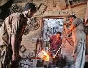 حیدر آباد: مزدور اپنی ورکشاپ میں روزہ مرہ کام میں مصروف ہیں۔