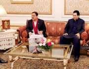 لاہور: گورنر پنجاب چوہدری محمد سرور سے وزیر اعلیٰ پنجاب عثمان بزدار، ..