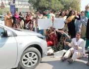 لاہور: خواجہ سراء اپنے مطالبات کے حق میں مال روڈ کو ٹریفک کے لیے بند ..