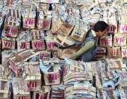 لاہور: مزدور فروٹ منڈی میں فروٹ کی پیٹیاں اتار رہے ہیں۔