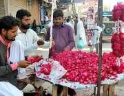 ملتان: پھول مارکیٹ میں صارفین کو راغب کرنے کے لئے پھولوں کے ہار تیار ..