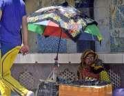 راولپنڈی: معمر محنت کش خاتون عینکیں فروخت کر رہی ہے۔