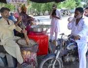 حیدر آباد: شہری گرمی کے شدت کم کرنے کے لیے سڑک کنارے لگے سٹال سے مشروب ..