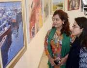 لاہور:الحمراء ہال میں33ویں سالانہ پینٹنگ نمائش میں خواتین کی دلچسپی۔