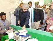 لاہور: صوبائی وزیر صنعت و تجارت میاں اسلم اقبال رمضان بازار میں چینی ..