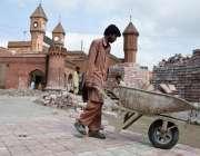 لاہور: ریلوے اسٹیشن پر تزئین و آرائش منصوبے کے تحت ٹائلیں لگائی جا رہی ..