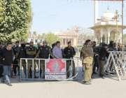 لاہور: خواجہ سراؤں کے احتجاج کے باعث پولیس کی بھاری نفری پنجاب اسمبلی ..