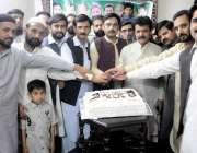 راولپنڈی: مسلم لیگ ن یوتھ ونگ کے زیر اہتمام یوم تکبیر کا کیک بلال لالی، ..