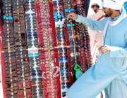 اسلام آباد: دکاندار نے گاہکوں کو متوجہ کرنے کے لیے عینکیں سجا رکھی ہیں۔