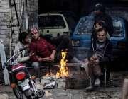 اسلام آباد: شہری سردی سے بچنے کے لیے آگ تاپ رہے ہیں۔