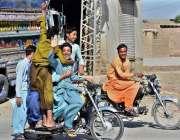 لاڑکانہ: ٹوریفک پولیس کی نا اہلی نوجوان خطرناک انداز سے موٹر سائیکل ..