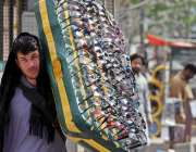 راولپنڈی: محنت کش چشمے اٹھائے فروخت کرنے کے لیے جا رہاہے۔