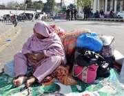 لاہور: مال روڈ پر دھرنے کے موقع پر ساتھیوں کے سامان کی حفاظت کے لیے مامور ..