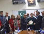 لاہور: صوبائی وزیر صنعت و تجارت میاس اسلم اقبال کو ایف پی سی سی آئی کے ..