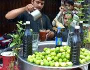 پشاور: دکاندار گاہکوں کو متوجہ کرنے کے لیے سکنجین بنا رہاہے۔