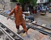 لاڑکانہ: میونسپل ہائر سیکنڈری اسکول کے قریب ریلوے پل عبور کرنے والا ..