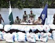 کراچی: پاکستان نیوی آفیشلز منشیات اے این ایف آفیشلز کے حوالے کر رہے ..