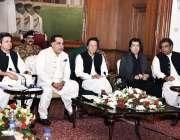 کراچی: وزیر اعظم عمران خان تاجر برادری کے ہمراہ اجلاس کی صدارت کر رہے ..