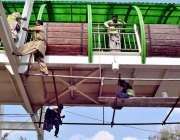 لاہور: کینال روڈ پر بنے ہیڈ برج پر مزدور حفاظتی تدابیر کے بغیر خطرناک ..
