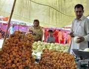 اسلام آباد: ایک خاتون رمضان سستا بازار سے تازہ پھل خرید رہی ہے۔