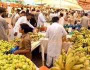 راولپنڈی: شہری رمضان سستا بازار سے تازہ پھل خرید رہے ہیں۔