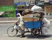 فیصل آباد: معمر محنت کش سائیکل پر ردی جمع کیے اپنی منزل کی جانب رواں ..