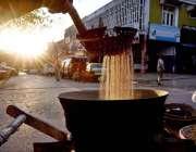 اسلام آباد: ریڑھی بان گاہکوں کو متوجہ کرنے کے لیے مونگ پھلی بھون رہا ..