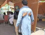 لاہور: شادمان سستے رمضان بازار مں ی خریداری کے لیے آنے والے شہری کی ..