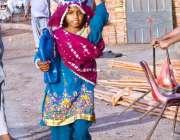 حیدر آباد: خانہ بدوش لڑکی پینے کے لیے پانی بھر کر لیجا رہی ہے۔