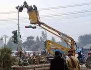 چنیوٹ: میونسپل کمیٹی اہلکار ٹریفک سگنل مرمت کرنے میں مصروف ہیں۔