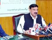 لاہور: وفاقی وفاقی وزیر ریلوے شیخ رشید احمد میڈیا سے گفتگو کر رہے ہیں۔
