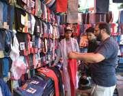 لاہور: شہری ایک دکان سے کپڑے پسند کر رہے ہیں۔